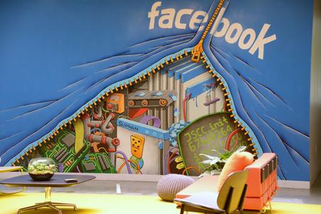 Facebook скупает себя