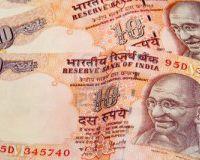 Рупия продолжает
