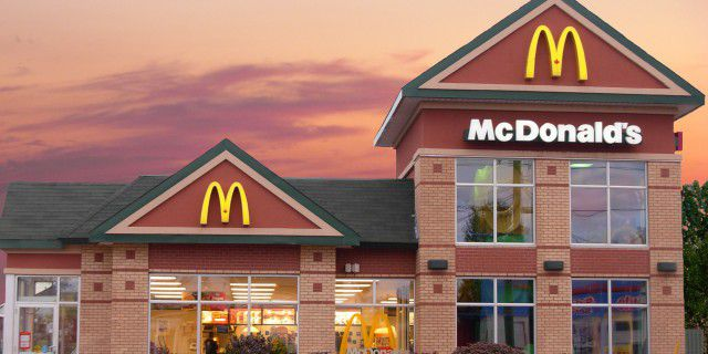 Прибыль McDonald #39;s в