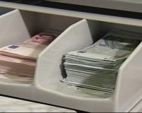 Доллар отступил, евро