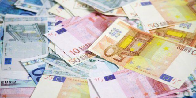 Евро упал впервые за три