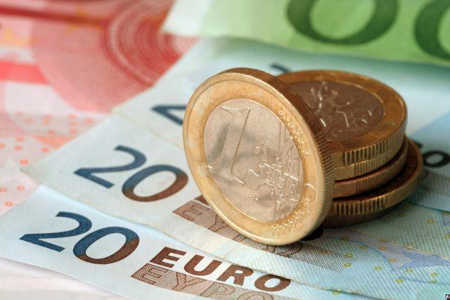 Доллар и евро продолжают