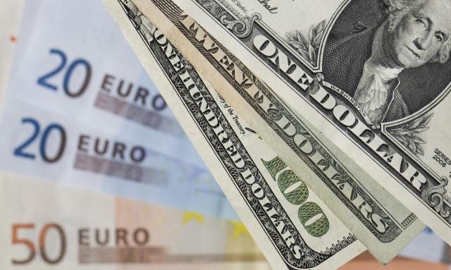 Рубль укрепляется третий