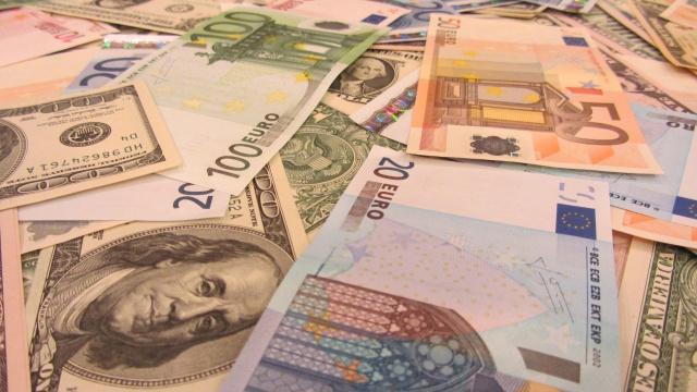Рубль вновь снижается к