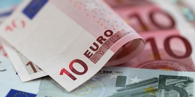 Евро взлетел до 54 руб.,