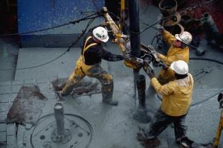 Нефть снижается, рубль