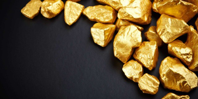 Золото дешевеет на фоне