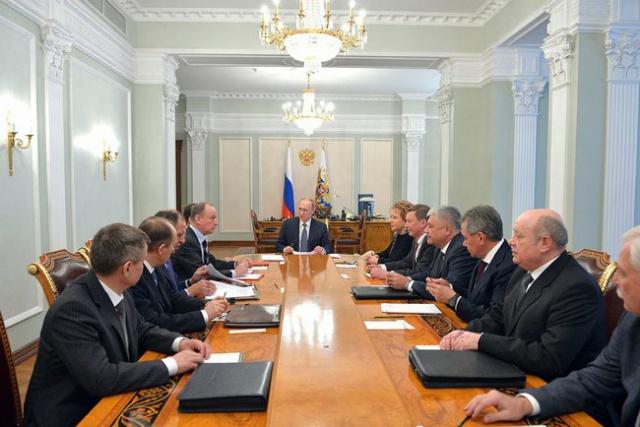 Путин урезал зарплаты в