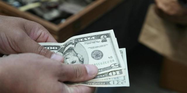 Крепкий доллар наносит