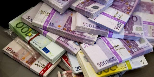 На Мосбирже евро упал