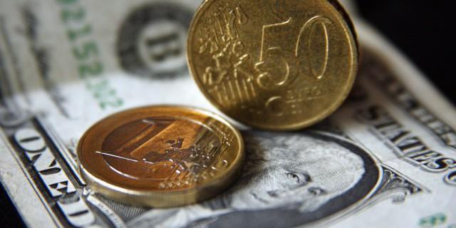 Рубль подрос к доллару и