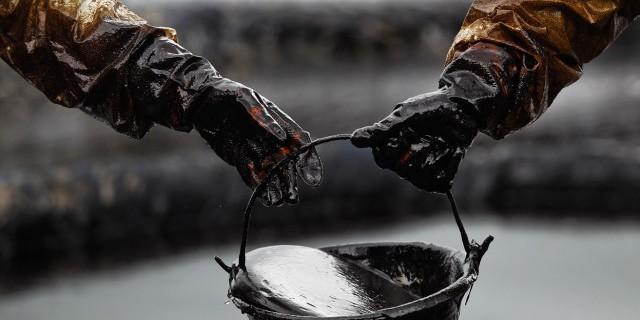 Нефть дешевеет на данных