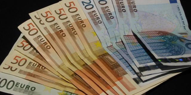 Евро продолжает