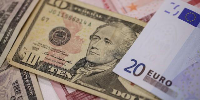 Евро слабо дешевеет в