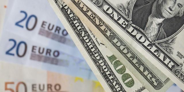 Евро укрепляется к