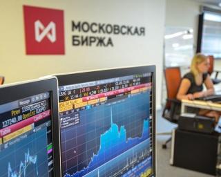 Рубль незначительно