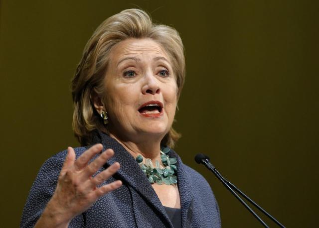 Клинтон сама лишает себя
