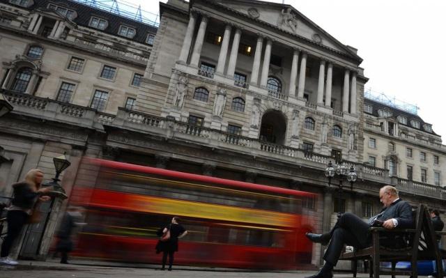 Банк Англии раздает