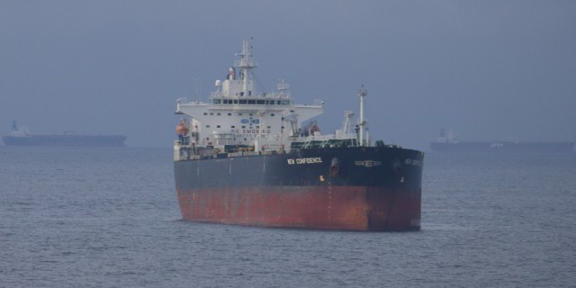 Трейдеры копят нефть в