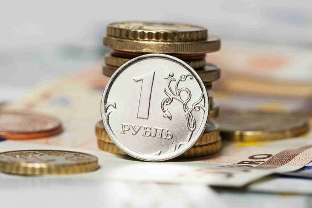 Рубль снизился во
