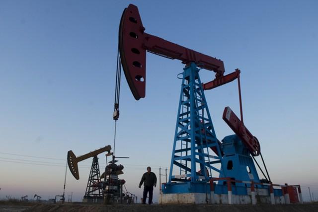 Нефть падает из-за